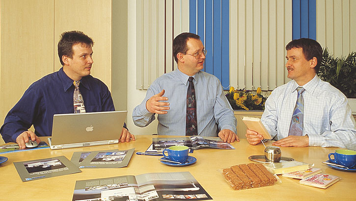 Managers Dipl.-Ing.(BA) Axel Haas and Dipl.-Ing (BA) Thorsten Rühle discussing with a customer.