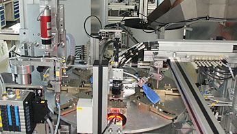 Special machine for feeding, processing, and optical quality control of molded plastic components