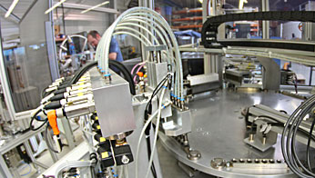 Assembly of a special machine for pressure testing and packaging of shells